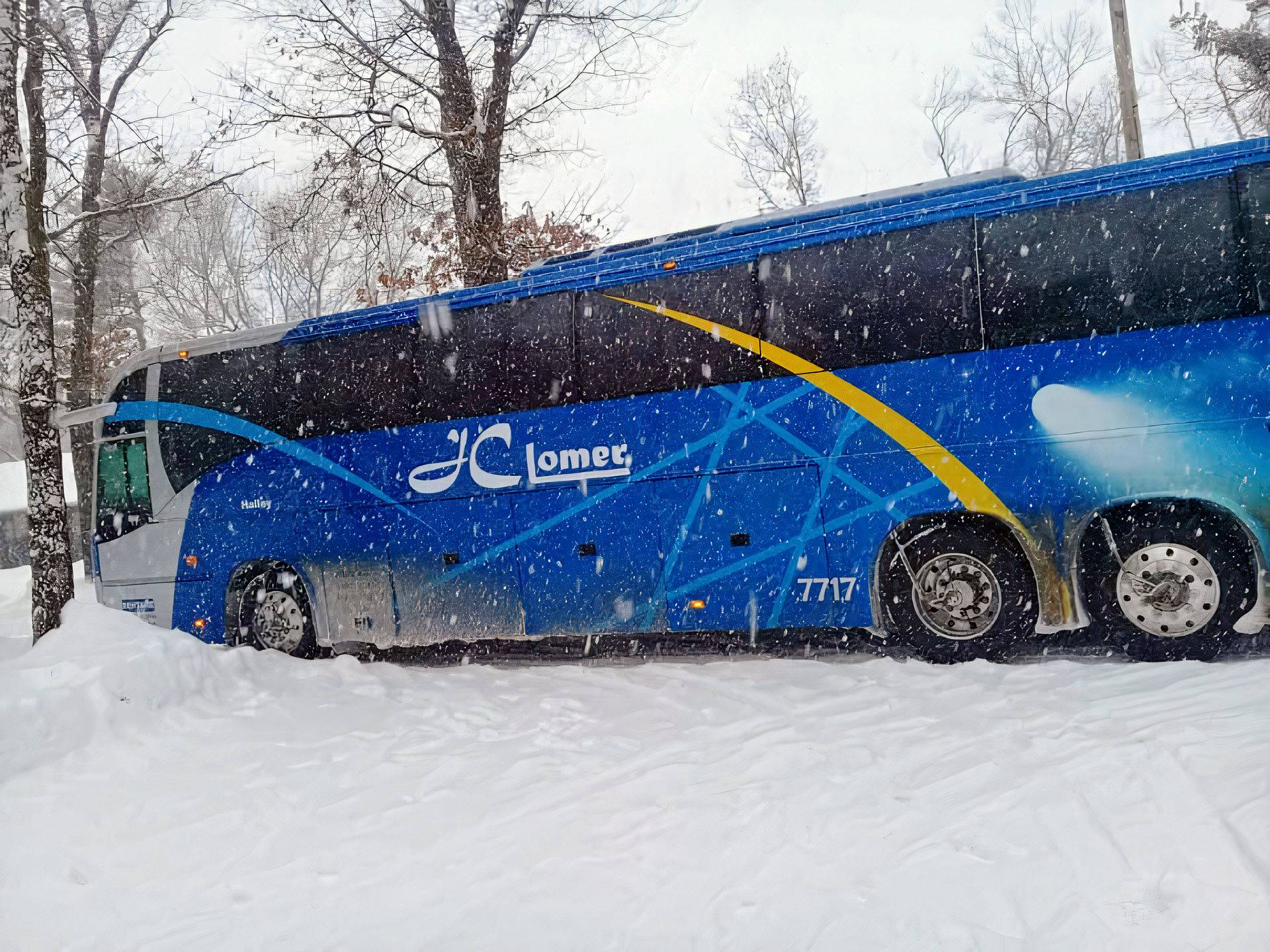 The Volvo 9700 monoblock is stuck in the snow in the United States